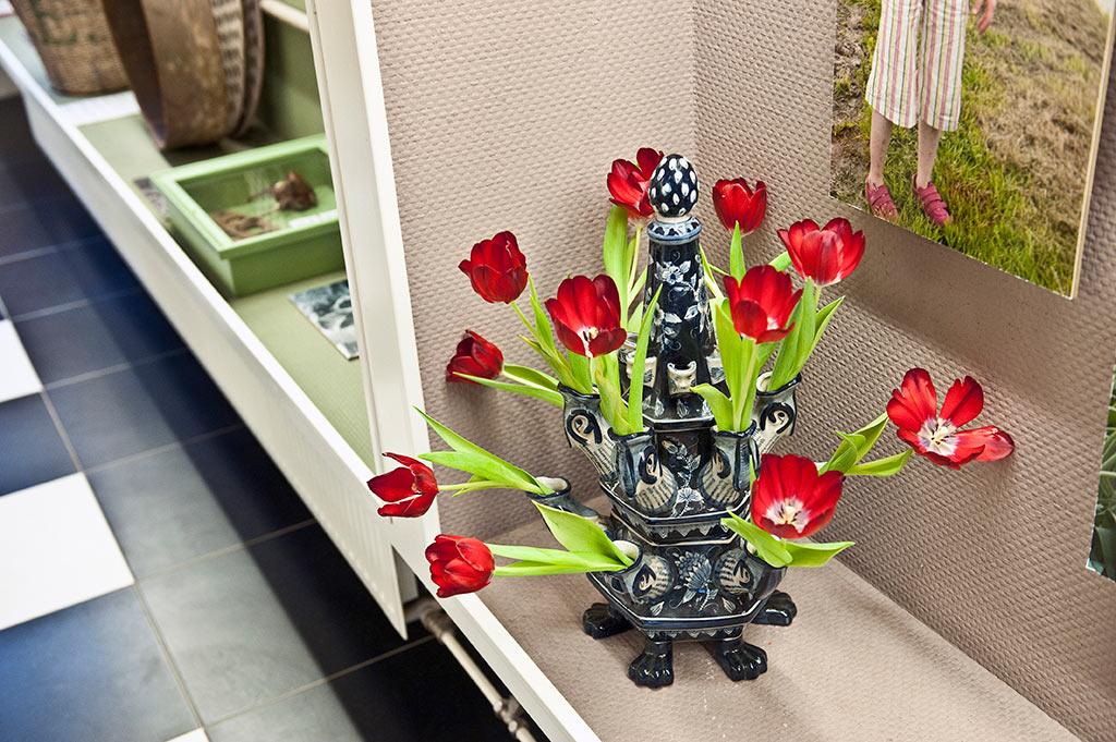 Depuis des siècles qu'elle est cultivée, choyée, la tulipe à même un vase qui lui est dédié : la tulipière.