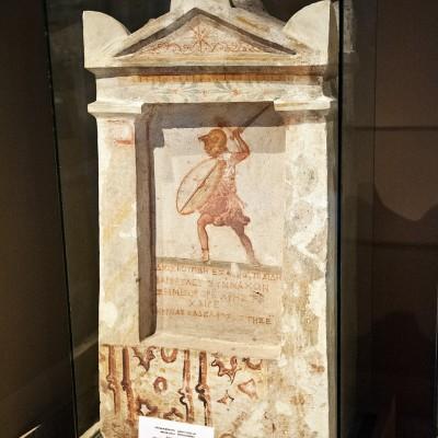 """Stèle funéraire de Dioscourides de Balbura (IIème siècle av. J.-C.) découverte en 1897 dans le jardin appelé Boustan el-Amoud, Sidon. Ce """"soldat de fortune"""" du continent grec et des villes d'Asie Mineure ont trouvé la mort dans la région de Sidon et ont été enterré là loin de leur pays d'origine."""