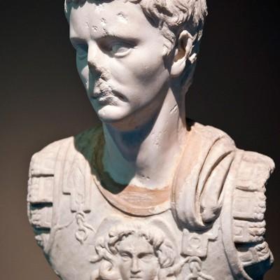 Marbre - Nikomedia (Izmit)…  Il succéda à Caligula en 41 en devenant le quatrième empereur de la dynastie julio-claudienne alors qu'il avait déjà une cinquantaine d'années.