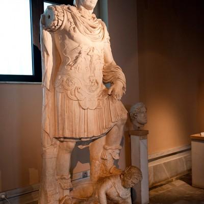 Statue de l'empereur Adrien ( 117 - 138 après J.-C.) Marbre - Périiode romaine d'Adrien. Hierappitna Crète.