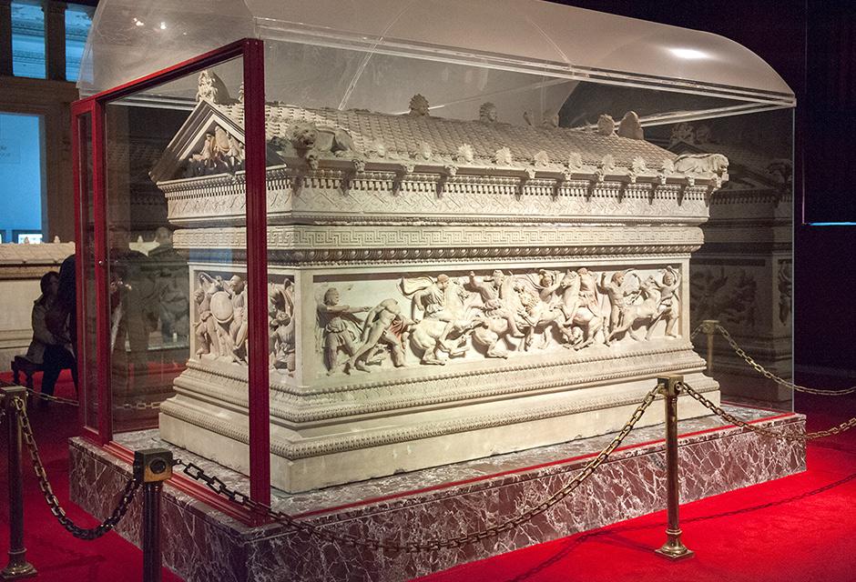 Tombeau dit d'Alexandre (art grec, musée archéologique d'Istanbul).Il porte ce nom en raison des splendides sculptures qui décorent ses flancs et racontent des épisodes de la vie d'Alexandre.