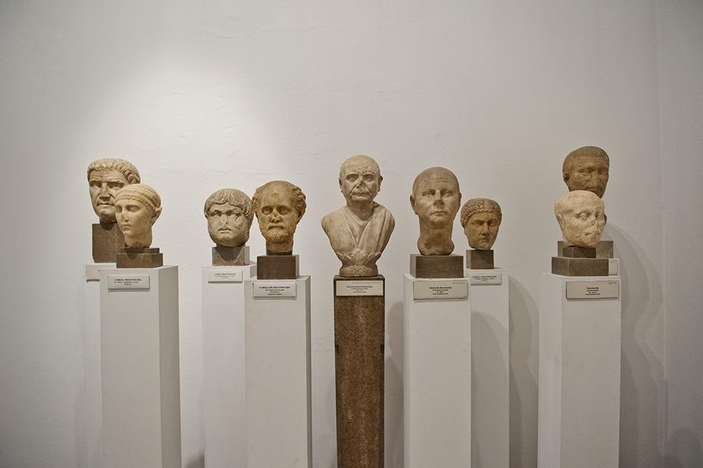 Galerie aux magnifiques portraits féminins et masculins. Le vieillard à la verrue sur le nez qui préside le groupe se détache particulièrement.