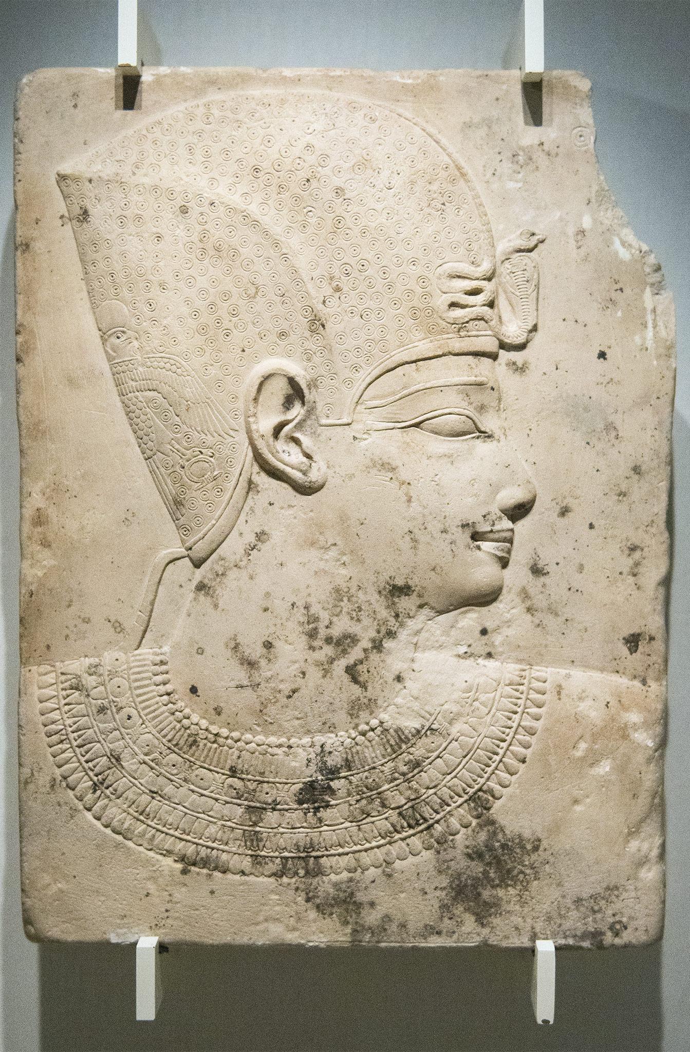 Bas-relief d'un pharaon - Égypte, Époque Gréco-romaine, début de lq dynastie ptolémaïque (vers 300-250 av. J.-C.) Calcaire fin. Musée Calouste Gulbenkian - Lisbonne