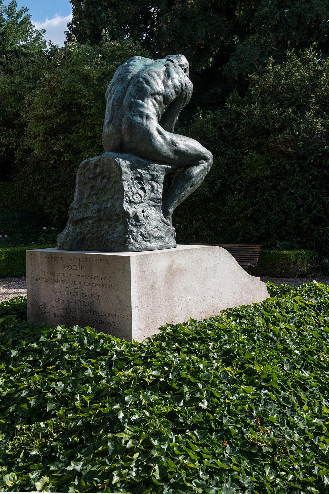 Le penseur sur la tombe d'Auguste Rodin