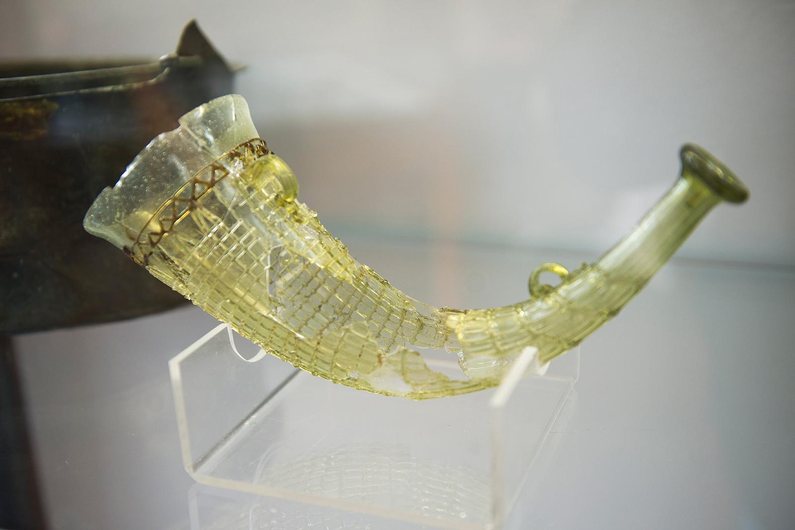 La corne à boire a été trouvée dans une tombe du cimetière de Samson, nécropole d'environ 250 tombes dont l'utilisation s'étend sans interruption de la fin de l'époque romaine (seconde moitié du IV e S.) jusque dans le courant de l'époque mérovingienne (fin du VI e S.). Musée Archéologique de Namur - Belgique