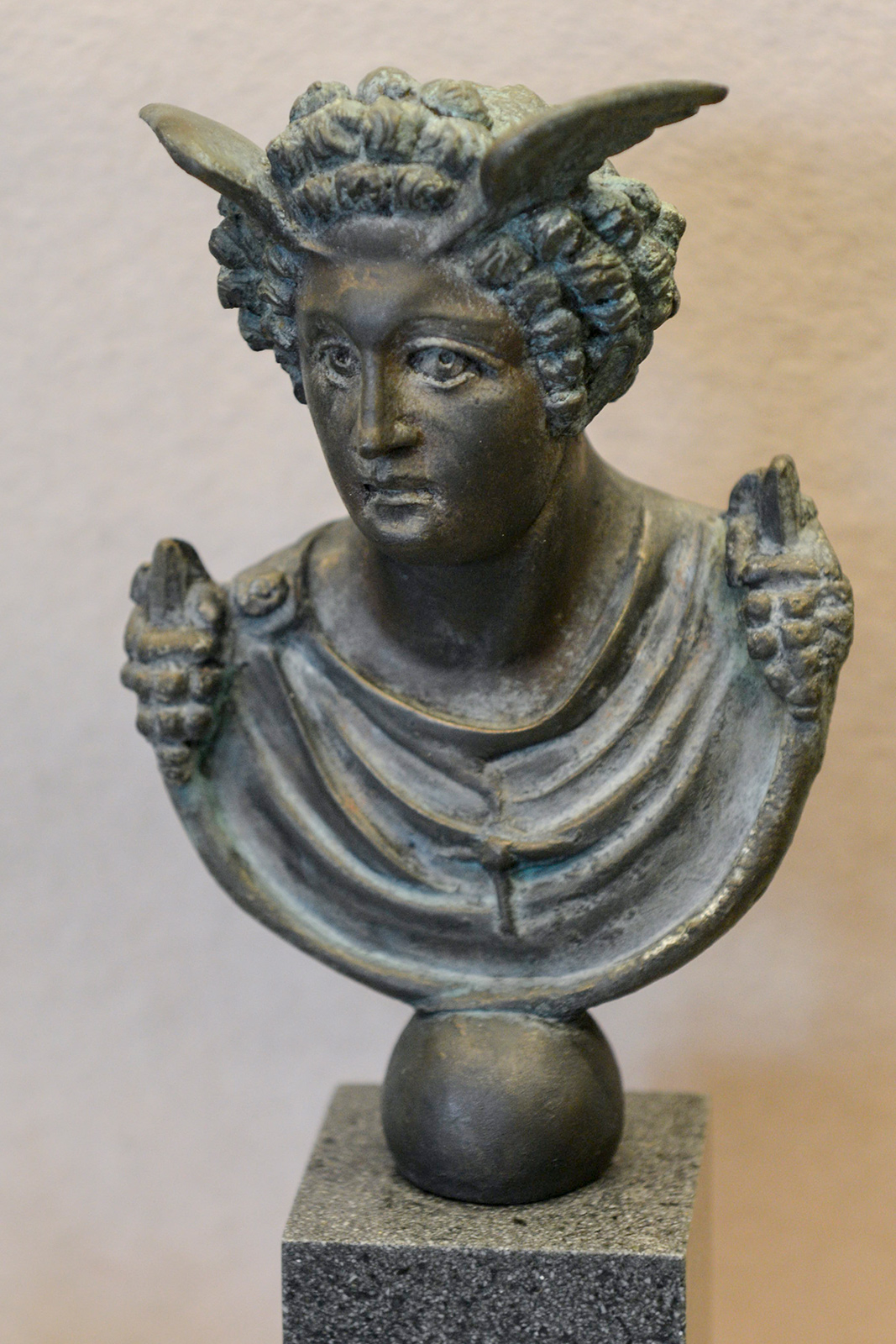 Buste en bronze de Mercure, trouvé dans le courant du XIXe siècle, lors de fouilles pratiquées dans la villa gallo-romaine d'Anthée. Musée de Namur