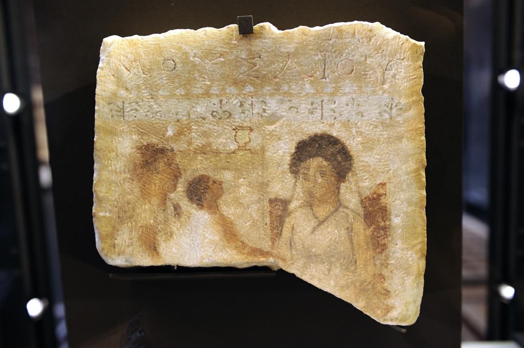 Stéle funŽéraire, femme au banquet - Vers 250 avant J.-C. DŽmŽtrias (la moderne Volos, Thessalie, Gréce) marbre peinture a tempera