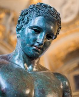 Apoxyomène : un athlète antique en bronze