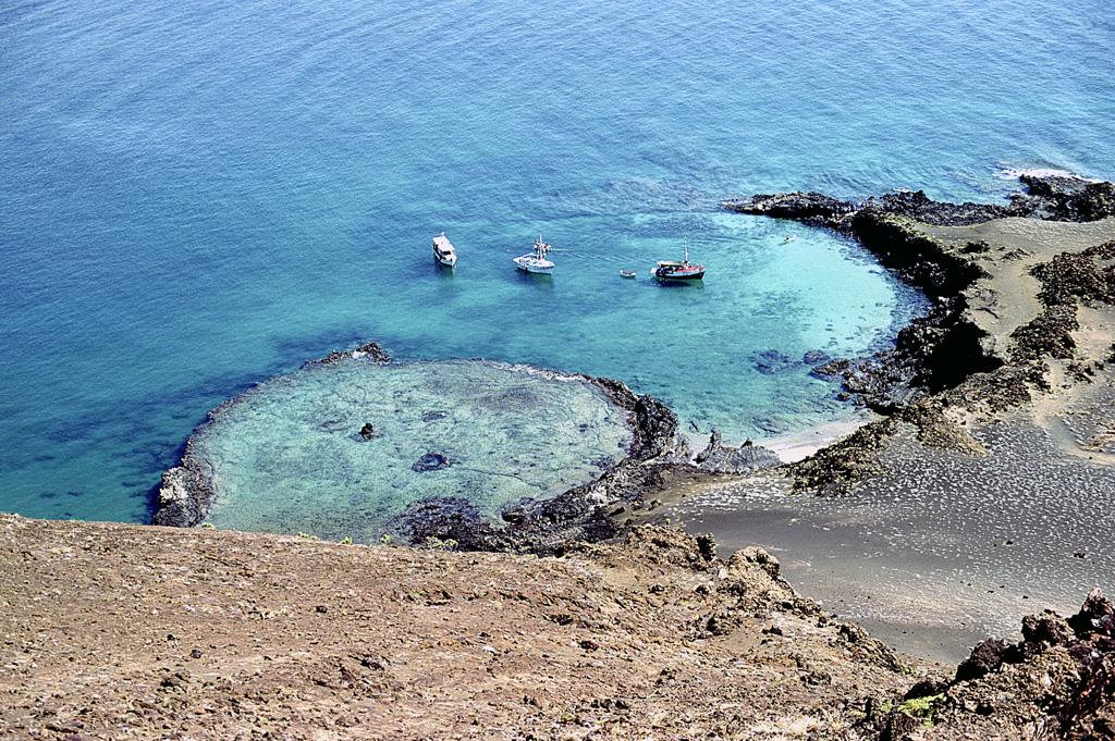 Île-Bartolomé est située juste à l'est de l'île Santiago. Sa partie orientale est constituée de cônes volcaniques tandis que sa partie occidentale est formée d'une péninsule comportant plusieurs formations rocheuses dont le Pinnacle Rock, un rocher volcanique escarpé.