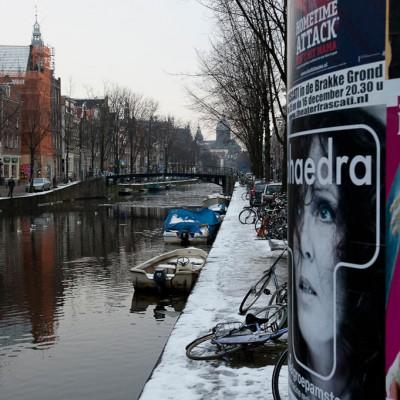 Au cœur de la ville sont situés les plus anciens grands magasins d'Amsterdam. La place Dam offre une vue générale des magasins. Il s'agit de la version néerlandaise de El Corte Inglés, avec des produits de qualité dans un édifice de plusieurs étages.