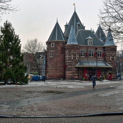 Ce bâtiment ressemblant à un petit château est l'un des plus vieux bâtiments d'Amsterdam. Il était à l'origine une porte (construite en 1488) donnant accès à la ville fortifiée.