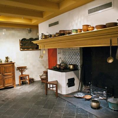 Maison de Rembrandt. La cuisine équipée d'une large cheminée, cette pièce était la plus chaude de la maison. Ses fenêtres donnent sur une cour intérieure aujourd'hui agrémentée d'un buste de Rembrandt.