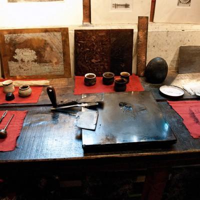 L'antichambre, dotée d'une presse en chêne, elle reproduit l'intérieur de son atelier de gravure. Rembrandt était spécialisé dans la technique de l'eau-forte, permettant d'imprimer le papier à partir d'une plaque de cuivre recouverte d'un vernis sur lequel le graveur trace un dessin.