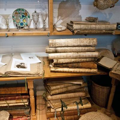 Le cabinet d'objets d'art. Une collection de curiosités de différents pays du monde y est entreposée. Tout cela servait de modèle à Rembrandt.