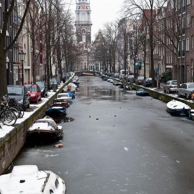 Les nombreux canaux et voies d'eau constituent l'une des principales caractéristiques d'Amsterdam.