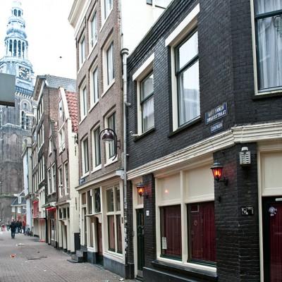 Situé dans le vieux centre d'Amsterdam, De Wallen (les remparts) est l'un des quartiers européens à la vie nocturne la plus animée. Surnommé Quartier Rouge (Red Light District) en raison des petites lampes rouges qui éclairent les vitrines des prostituées. Théâtres érotiques, coffee shops, nombreux lieux de plaisir mais aussi, jolis canaux, maisons des XVIe et XVIIe siècles…