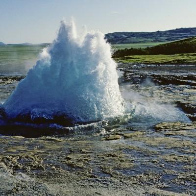 Le Strokkur est le geyser le plus actif d'Islande. Situé juste à côté de Geysir, le célèbre geyser qui a donné son nom à ce phénomène, il se trouve dans le champ géothermique de ce dernier.