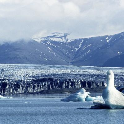 Il est le plus connu et le plus grand des lacs proglaciaires en Islande. Il se trouve au sud du glacier Vatnajökull entre le parc national du Vatnajökull et la ville de Höfn.