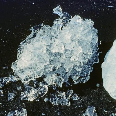Les blocs de glace se détachant du front du glacier Vatnajökull, plus précisément de la langue du Breiðamerkurjökull, dérivent sur le lac, puis rejoignent la mer. Ils s'échouent alors fréquemment sur la plage de sable noir. Les couleurs de ces petits icebergs vont du turquoise au bleu foncé, en passant par le jaune qui vient du sulfure volcanique, le noir qui vient de la cendre des volcans et le blanc en plusieurs nuances.