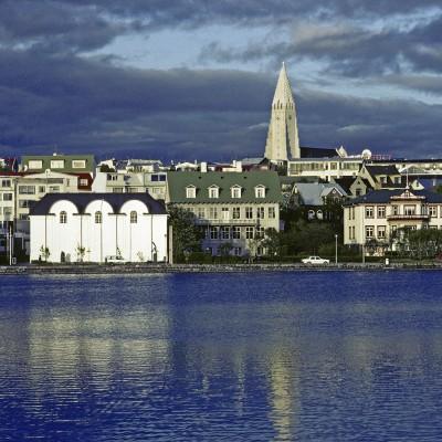 Reykjavik - Hallgrímskirkja est une église située dans le sud-est du centre-ville de Reykjavík, en Islande. Construite en 1986, elle est faite de basalte et sa flèche mesure 75m et est ainsi le plus haut bâtiment du pays. Elle doit son nom au révérend Hallgrímur Pétursson. Son orgue possède plus de 5000 tuyaux.