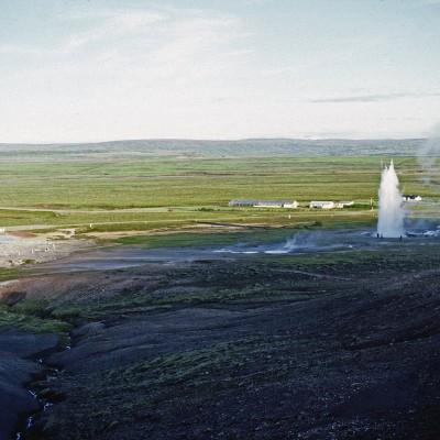 """Les deux principaux geysers sont : GEYSIR """"le déclamateur"""" et Strokkur """"la baratte"""", ils connurent une période de calme de 40 ans avant de reprendre leurs activité en 1630. GEYSIR projetait son eau jusqu'à 80m de hauteur, aujourd'hui il se repose, tandis que Stokkur à 30 m. Le dépôt siliceux grisant autour du geyser est appelé Geysérite."""