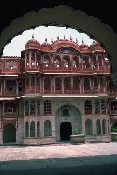 Le palais des vents est un bâtiment construit au XVIIIᵉ siècle à Jaipur, capitale du Rajasthan en Inde. Il est considéré comme l'une des merveilles de l'architecture rajput.