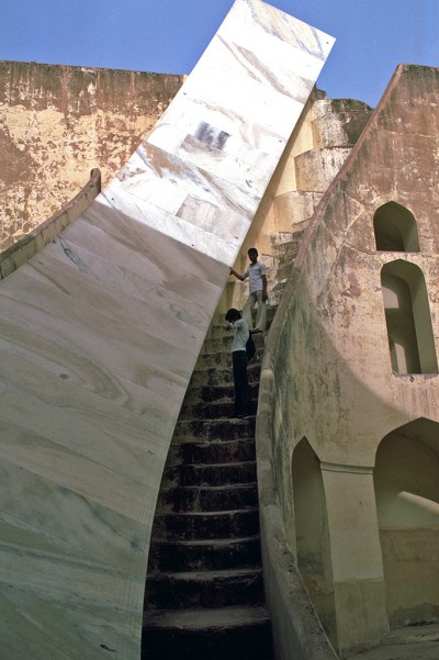 Le Jantar Mantar de Jaipur est un site d'observation astronomique construit au début du XVIIIe siècle. Il comprend un ensemble d'une vingtaine d'instruments fixes principaux.