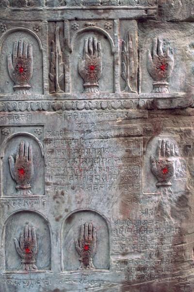 Bikaner , ces mains sculptées dans la pierre témoignent du courage et du sacrifice des veuves indiennes - les Satis qui refusant de survivre à l'époux défunt, s'immolaient sur son bûcher funéraire.