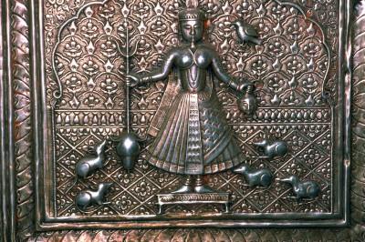 Deshnoke près de Bikaner, Rajasthan. Détail d'une porte en argent