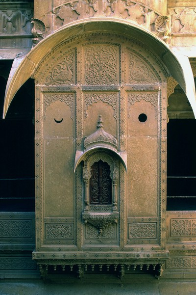 Ville de Jaisalmer : Demeure (Haveli) aux façades sculptées, détail d'une fenêtre