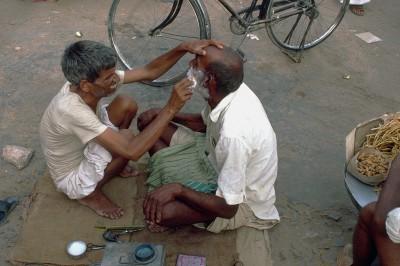 Le barbier dans une ruelle de Jaisalmer - Rajasthan - Inde 1985