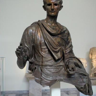 Auguste (Latin : CAIUS•OCTAVIUS•THVRINUS à sa naissance, IMPERATOR•CAESAR•DIVI•FILIVS•AUGUSTUS à sa mort), d'abord appelé Octave puis Octavien, né le 23 septembre 63 av. J.-C. et mort le 19 août 14 ap. J.-C. est le premier empereur romain.