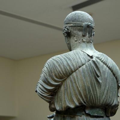 L'Aurige de Delphes. La statue , en bronze, a une hauteur de 1,80 m. Elle faisait partie d'un monument dédié par Polyzalos, frère de Gélon et Hiéron tyrans de Syracuse, pour commémorer sa victoire aux Pythia de 478 ou 474av. J.-C.