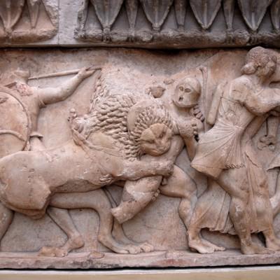 Un géant est dévoré par les lions de Thémis Section de la frise du trésor des Siphniens. batailles des Greques contre les Troyens et des Dieux contre les Géants 525 av. J.-C.