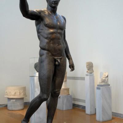 Statue de Bronze d'un jeune homme - L'éphèbe d'Anticythère Cette œuvre est exposée au Musée Archéologique d'Athènes et est datée de 340 avant JC.