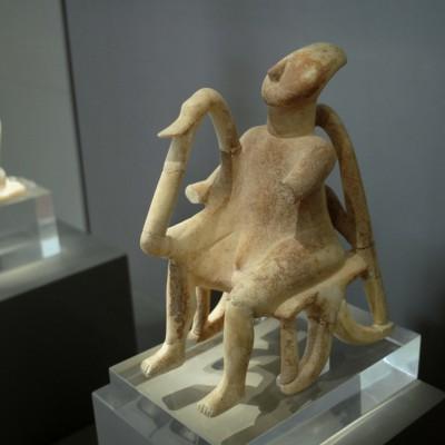 Très belle idole cycladique représentant un joueur de harpe.
