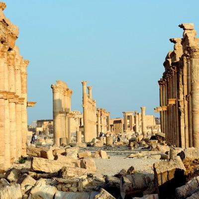 La grande colonnade : cette large voie de 1,2 km de long, bordée de portiques , traverse la ville d'est en ouest.