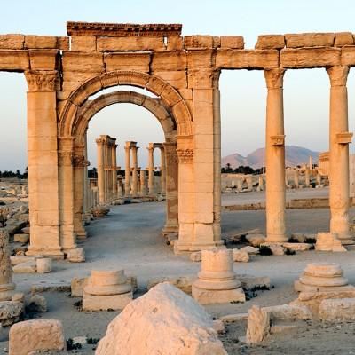 On pénètre dans le théatre de Palmyre par un passage voûté qui aboutit à l'orchestre.