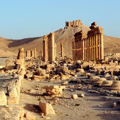 La grande colonnade traversait la partie officielle de Palmyre. De part et d'autre s'élevaient les thermes monumentaux. La perspective est fermée par un temple funéraire resté anonyme. Au fond, le château arabe semble veiller sur l'oasis.