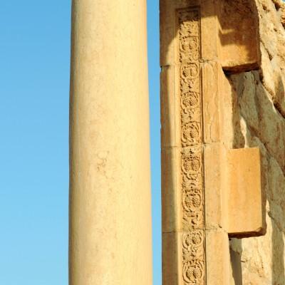 La maison-tombe connue sous le nom de temple funeraire. Détail d'une frise sculptée