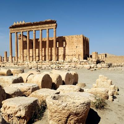 Le sanctuaire de Bêl - Bêl est la divinité suprême de Palmyre, le maître incontesté du Cosmos. Il est à rapprocher du dieu mésopotamien Bêl Marduk et sera assimilé à Zeus par les Grecs et les Romains. La grande cour, de 210 m sur 205, est entourée d'une enceinte monumentale, le péribole.