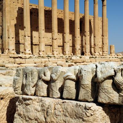 L'édifice le plus imposant de Palmyre est l'énorme temple hellénistique de Ba'al (Bel), qui a pu être décrit comme « le plus important édifice religieux du premier siècle de notre ère au Moyen-Orient »[1]. Il est fort bien conservé, présentant des éléments architecturaux jusqu'à son sommet orné de merlons triangulaires jointifs. Le sanctuaire central (cella) a été construit au début du Ier siècle après J.-C., suivi d'un grand portique à double colonnade d'ordre corinthien. Le portique ouest et l'entrée (propylée) datent du IIe siècle.