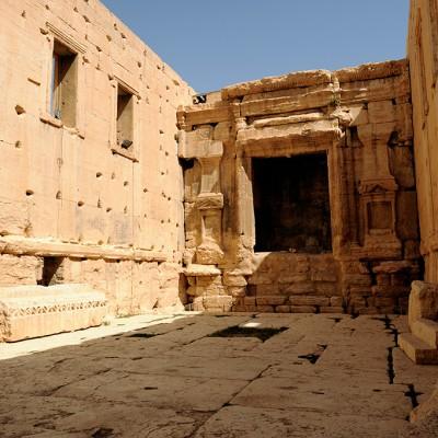 La cella du temple, dressée sur un socle , abritait les statues de Bêl et d'Astarté, dans deux hautes niches sur chacun des petits côtés