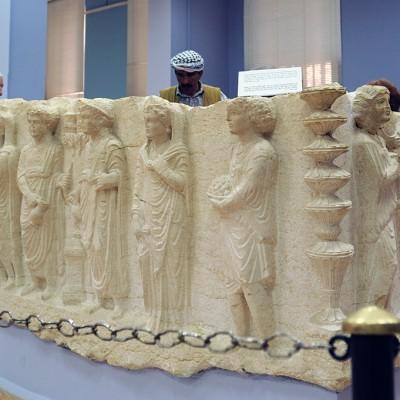 71  Musée de Palmyre (Syrie) : Salle 4, 5, 6, consacrées à l'art funéraire, sarcophages, scènes de banquets funéraires, bustes et stèles