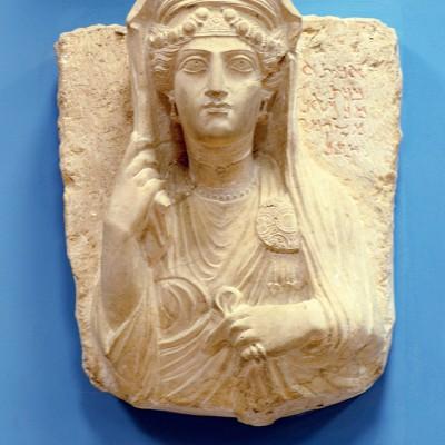 Bas relief funéraire représentant une femme couverte de bijoux - Palmyre