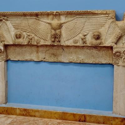 L'aigle de Baalshamin étend ses ailes au-dessus de l'étoile du soir et de celle du matin tandis que de la ligne d'horizon émergent Aglibôl à gauche , Malakbêl à droite. Musée de Palmyre Syrie.