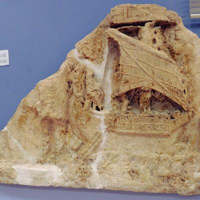 77  Bas-relief montrant un armateur à côté de son bateau à double gouvernail : les commerçants palmiréniens sillonnaient les mers.