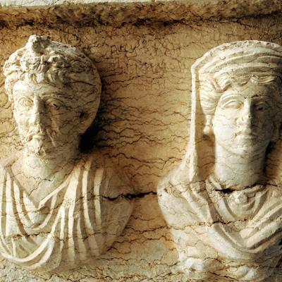 Bustes d'homme et de femme sur un sarcophage Musée de Palmyre - Syrie