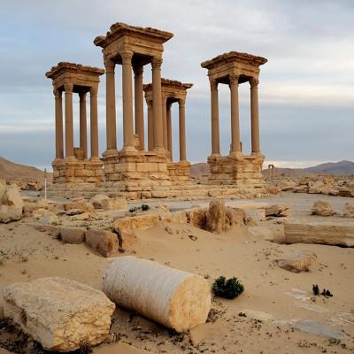 Au centre d'une place ovale s'élève le tétrapyle, qui devait cacher la première déviation de la grande colonnade. Reconstruit à partir de 1963 à partir des éléments tombés à terre, ce temple était composé de quatre piédestaux soutenant des colonnes de granit rose surmontées d'un entablement. À l'origine, chaque édicule abritait la statue d'un dieu.