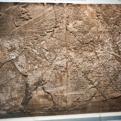 Bas-relief montrant Ninurta courant après un monstre